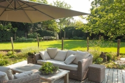Loungeset in grote tuin